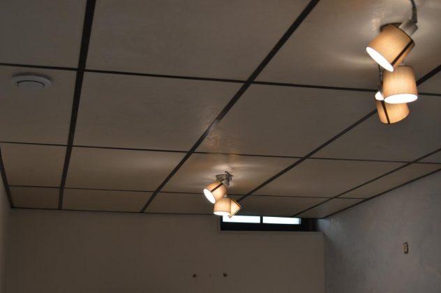 Detalle de techo de paneles recubiertos de Estuco de Arcilla